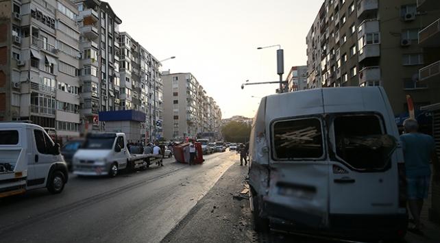 Hafif ticari araç, park halindeki araçlara çarpıp devrildi: 3 yaralı