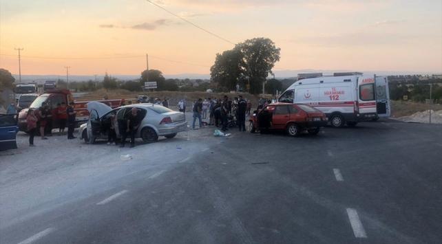 Uşakta iki otomobil çarpıştı: 1 ölü, 7 yaralı
