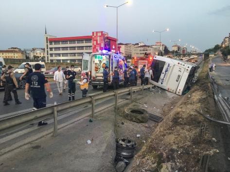 İstanbulda yolcu otobüsü devrildi: 11 yaralı