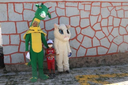 """Gönüllü gençler """"Van Gölü canavarı"""" ve """" Van kedisi"""" kostümleriyle dersleri renklendiriyor"""