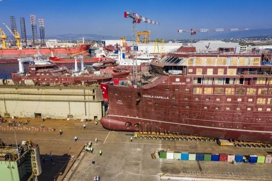 Yalovada inşa edilen iki dev gemi 1600 lastik üzerinde denize taşındı