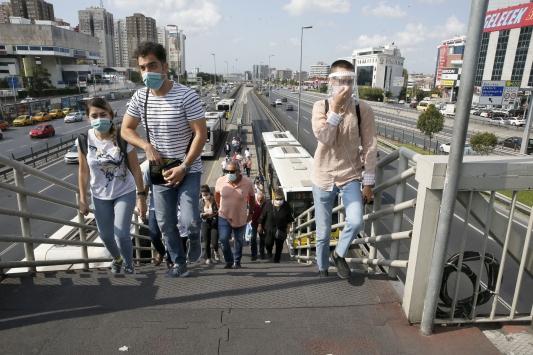 İstanbulda Kovid-19 tedbirlerine ilişkin yeni toplu ulaşım kurallarına uyuluyor