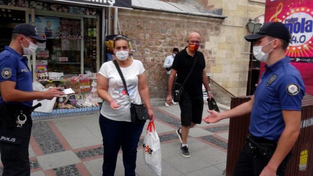Maskesini takmayan, polisi görünce yolunu değiştiren kadın hakkında tutanak tutuldu