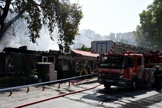Beyoğlunda restoranda çıkan yangın söndürüldü