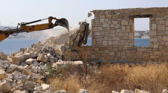 Çeşmede sit alanına inşa edilen taş bina yıkıldı