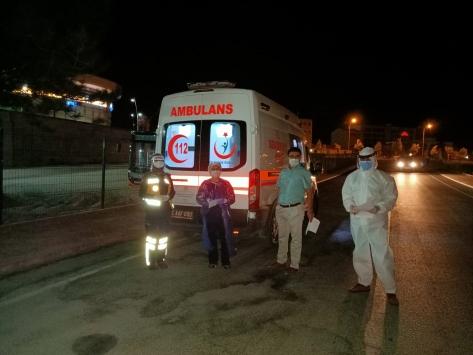 Kovid-19 testi pozitif çıkan yolcu otobüsten indirilip ambulansla evine ulaştırıldı
