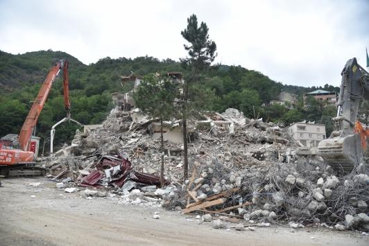 Selin büyük hasara yol açtığı Dereli ilçesinde yıkım çalışmaları sürüyor