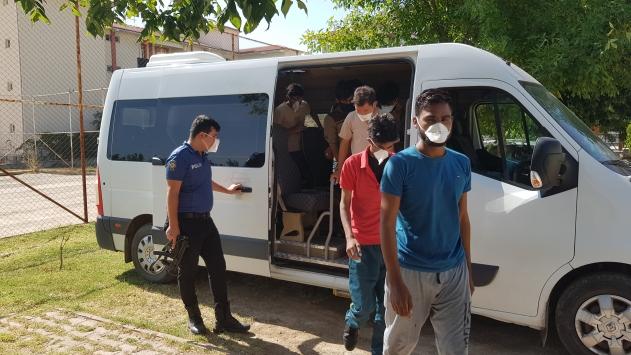 Erzincanda minibüs içerisinde 16 yabancı uyruklu yakalandı