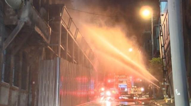 Beyoğlunda metruk binada yangın