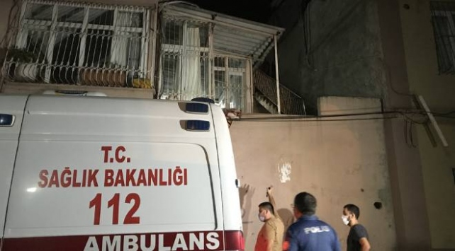 Ağabeyini bıçakladı, polisten kaçarken çatıdan düşerek yaralandı