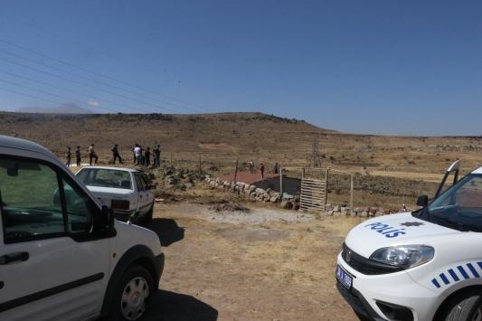 Hazine arazisindeki evin yıkımını engellemek için silahla çatıya çıkan aileyi polis ikna etti