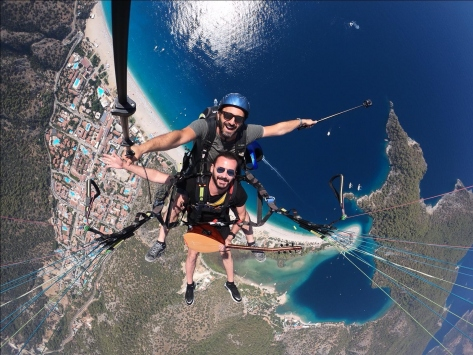 Yamaç paraşütüyle atlayan ses sanatçısı, gökyüzünde saz çalıp türkü söyledi