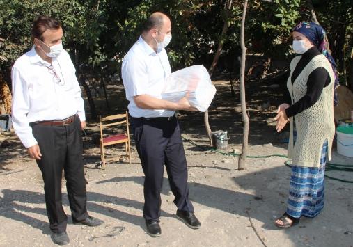 Taşovada evdeki öğrencilere öğretmenleri kitaplarını götürdü