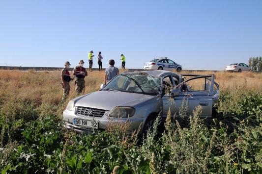 Sivasta otomobil tarlaya devrildi: 4 yaralı