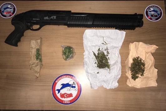 Afyonkarahisarda ruhsatsız silah bulunan araçlardaki 5 zanlı gözaltına alındı