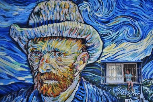 """Mersinde 36 yıllık binanın dış cephesi Van Goghun """"Yıldızlı Gece"""" eseriyle kaplandı"""