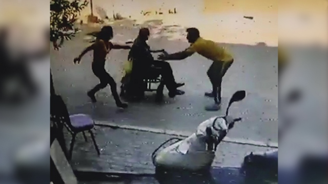 Tekerlekli sandalyeyi durduramayan yaşlı adamı böyle kurtardı