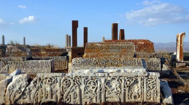 Defineciler Vandaki 5 bin yıllık mezarlığı tahrip etti
