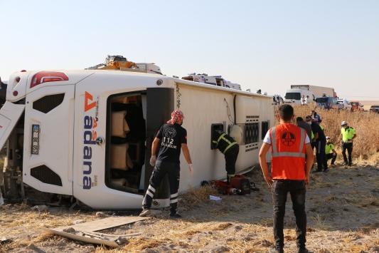 Aksarayda devrilen yolcu otobüsünde 2si ağır 37 kişi yaralandı