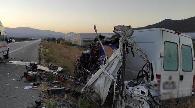 Burdurda kamyon ile panelvan çarpıştı: 1 ölü