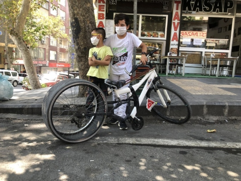 Kahramanmaraşta otomobil lastiği takılan bisiklet ilgi odağı oldu