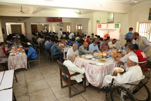 Suriyede şehit olan Türk Kızılay personeli için Pakistanda yetimlere yemek dağıtılacak