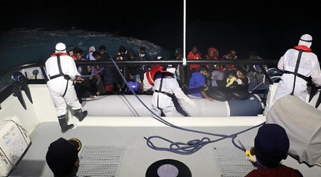 Balıkesirde Türk kara sularına itilen 32 düzensiz göçmen kurtarıldı