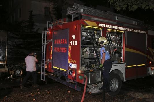 Başkentte park halinde yanan kamyonet kullanılamaz hale geldi