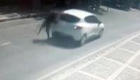 Yolun karşısına geçmeye çalışan kadına otomobil böyle çarptı
