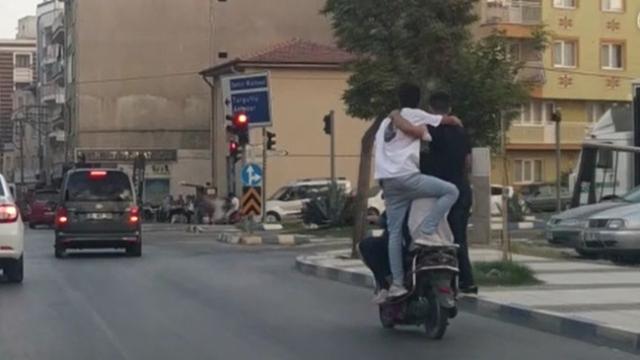 Elektrikli bisiklete 5 kişi bindiler, kuralları hiçe saydılar