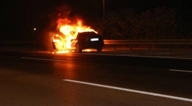 Otoyolda yanan otomobil kullanılamaz hale geldi