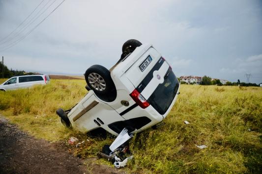 Eskişehirde otomobille çarpışan hafif ticari araçtaki 4 kişiden biri öldü