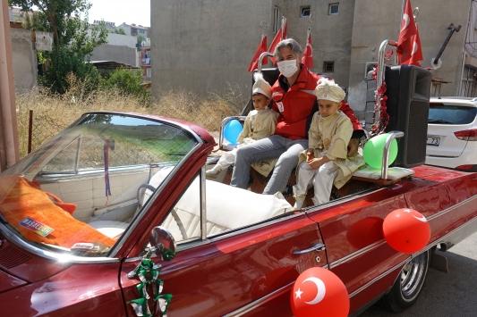 İzmirde sünnet çocuklarının üstü açık otomobille gezi hayalini Kızılay gerçekleştirdi