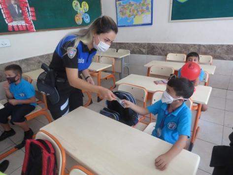 Adanada polis, ilkokula başlayan öğrencilere Kovid-19 tedbirlerini anlattı