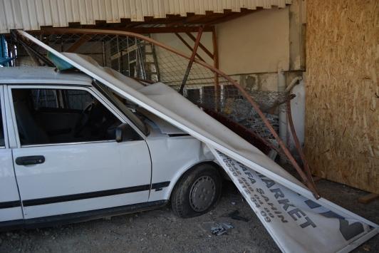 Gaziantepde otomobil iş yerine girdi: 1 yaralı