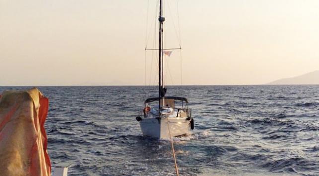 Bodrum açıklarında sürüklenen tekne kıyıya çekildi