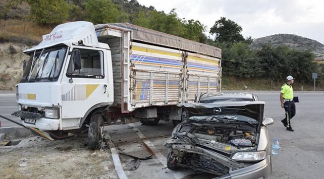 Burdurda kamyonla otomobil çarpıştı: 5 yaralı