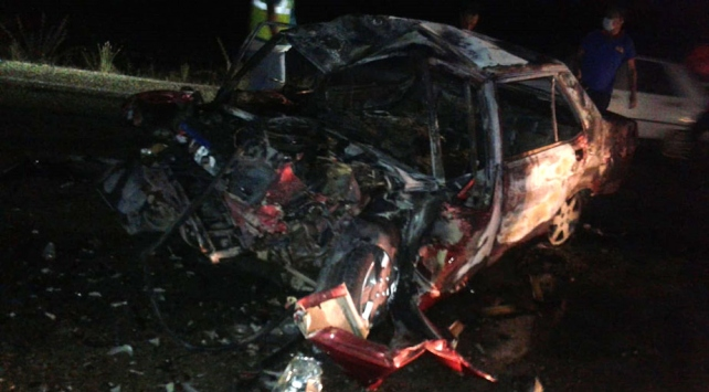 Adanada kaza sonrası yanan otomobildeki 3 kişi hayatını kaybetti