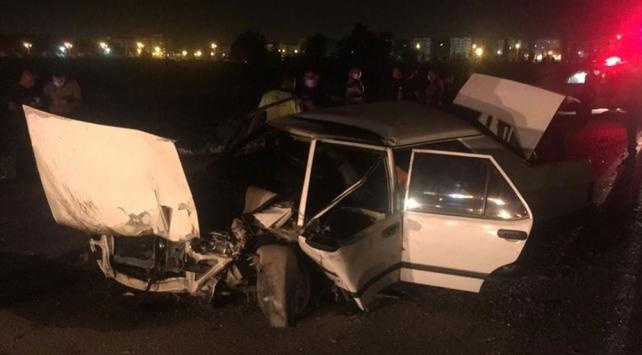 Adanada otomobil refüjdeki ağaçlara çarptı: 3 ağır yaralı