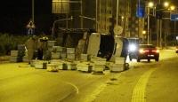 Mersin'de kovan yüklü kamyonet devrildi, trafik aksadı