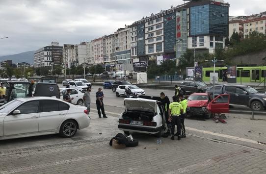 Bursada ittikleri otomobile başka bir otomobil çarptı: 3 yaralı