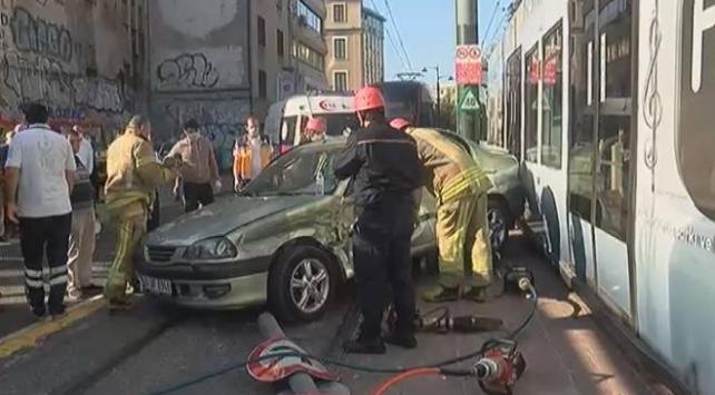 Beyoğlunda tramvayla otomobil çarpıştı