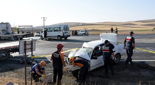 Aksarayda otomobil ile minibüs çarpıştı: 1 ölü, 6 yaralı