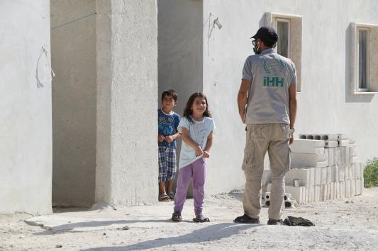 İHH İdlibde yetim ailelerine 50 ev teslim etti
