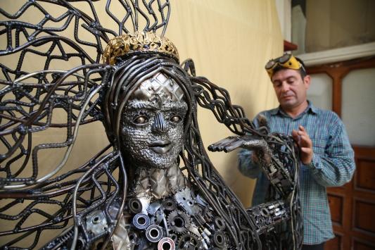 Hatayda mozaik ustası, atık hurdalardan deniz kızı heykeli yaptı