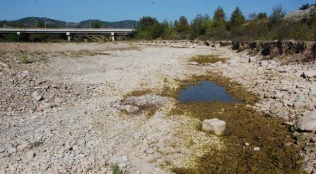 Bartındaki barajda su seviyesi düştü, ırmak kurudu