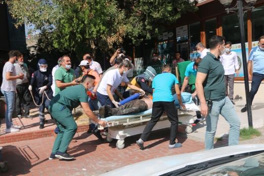 Kahramanmaraşta yalıtım malzemesi kokusundan etkilenen 4 işçi hastaneye kaldırıldı