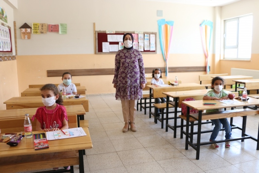 Türkiyenin 81 ilinden gönderilen hediyeler Siirtte öğrencilere dağıtıldı