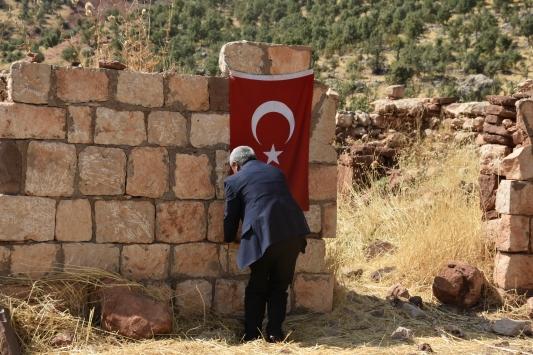 PKKlı teröristlerin katlettiği yakınlarını her yıl Türk bayrağı asarak anıyor