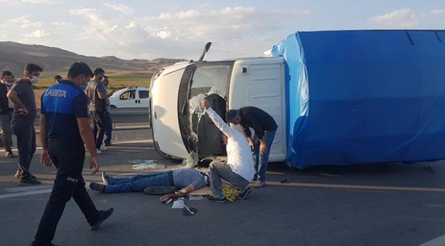 Sivasta işçileri taşıyan kamyonet devrildi: 4 yaralı